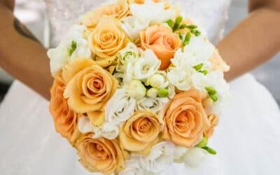 Erilaiset morsiuskimput – pyöreä ruusukimppu
