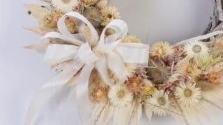 Kuivakukkakranssi on trendikäs ja kestävä koriste - sopii sisälle ja ulos