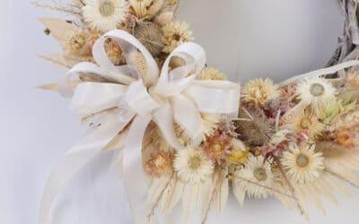 Kuivakukkakranssi on trendikäs ja kestävä koriste – sopii sisälle ja ulos