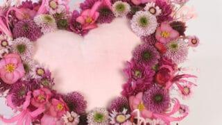 Sydämenmuotoinen asetelma ystävälle - anna ikimuistoinen kukkalahja