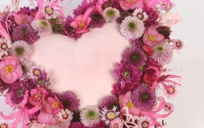 Sydämenmuotoinen asetelma ystävälle – anna ikimuistoinen kukkalahja