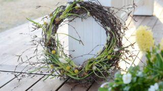Tee itse keväinen kranssi ulko-oveen - tällä yksinkertaisella kikalla kiinnität kukkasipulit kranssiin