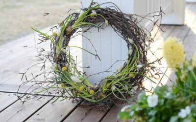 Tee itse keväinen kranssi ulko-oveen – tällä yksinkertaisella kikalla kiinnität kukkasipulit kranssiin