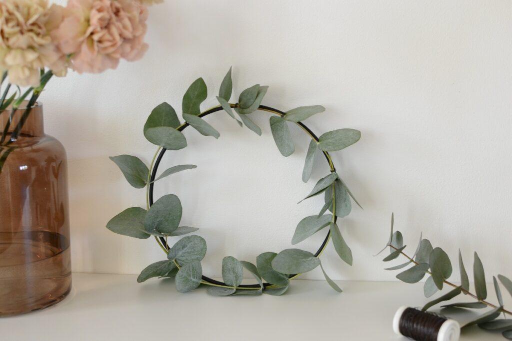 Eukalyptuskranssi tuo tunnelmaa myös hyllyn tai tason päällä.