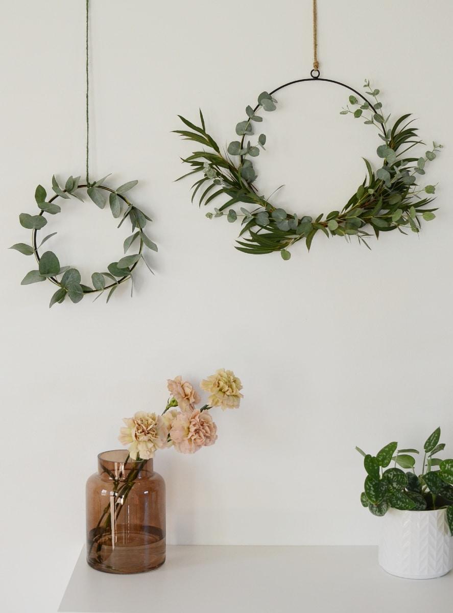 Yksinkertainen ja runsaampi eukalyptuskranssi viehttävät kumpikin.