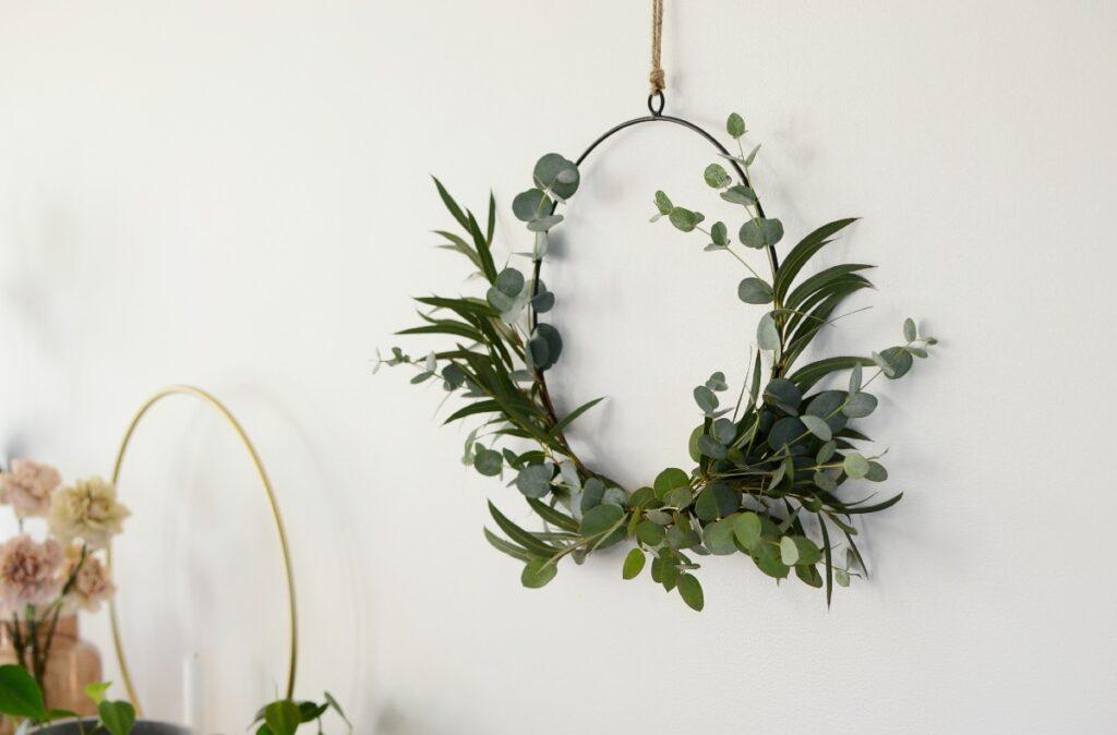 Eukalyptuskranssi tuo elävää tunnelmaa huoneen seinälle.