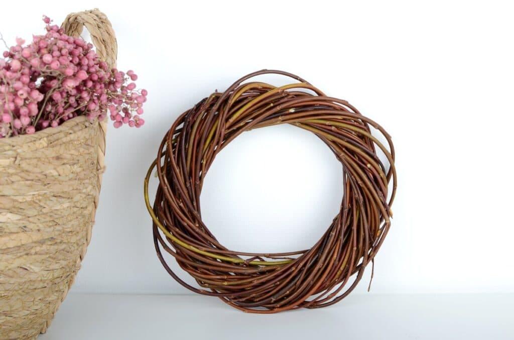 Yksinkertainen pajukranssi on kaunis ja kestävä koriste.